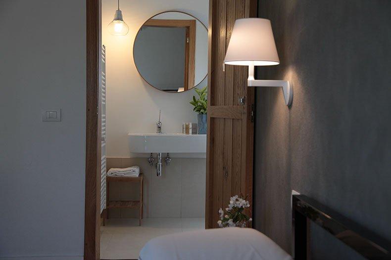 tale-bathroom2