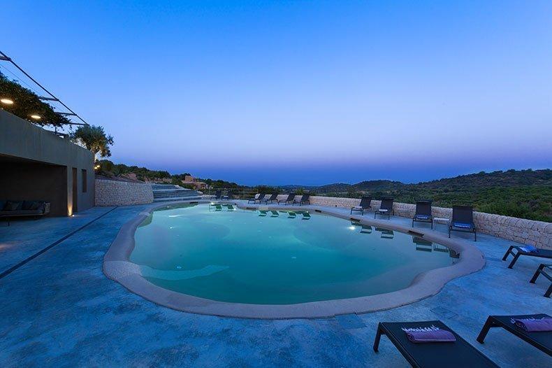 villadorata-pool-night