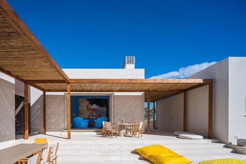 cozzo-coniglio-living-courtyard